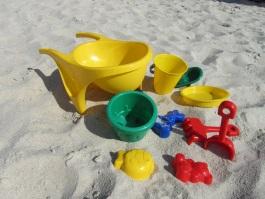 Spielzeug im Sand bei der Atempause im August