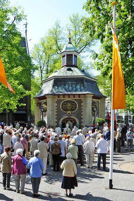 Zahlreiche Menschen stehen vor der Gnadenkapelle.