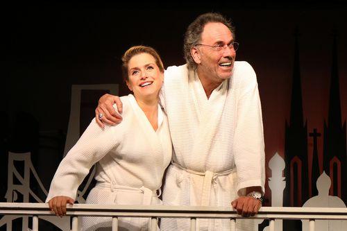 Ein Mann und eine Frau im Bademantel